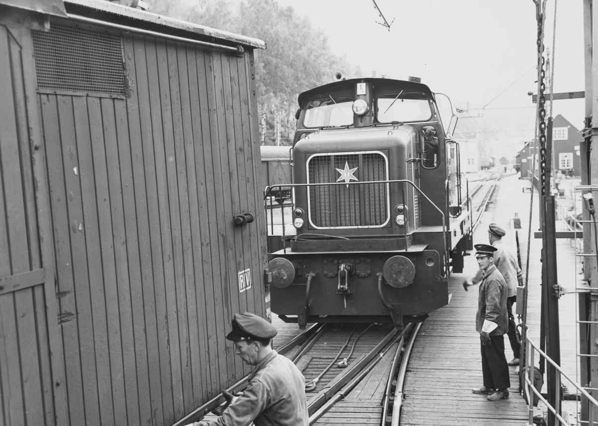 Et av Rjukanbanens  diesellokomotiv type DH 500 Ca skifter godsvogner ombord i fergen på Mæl stasjon på Rjukanbanen.