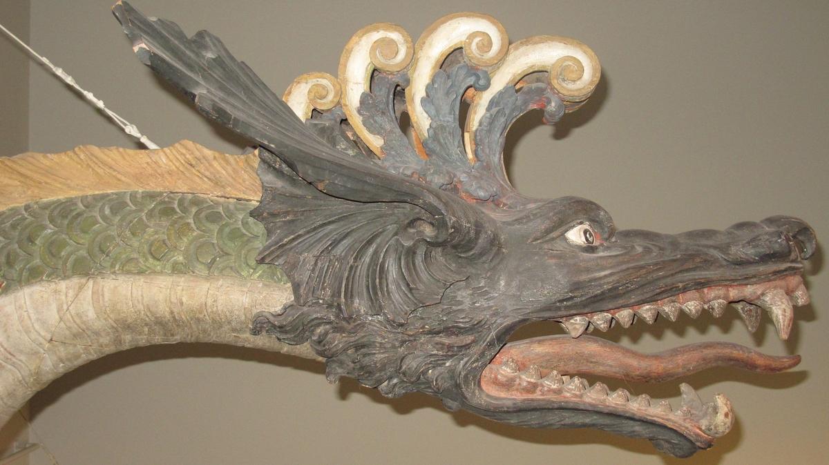 Galjonsbild, drakhuvud (förstäv) och drakstjärt (akterstäv) till slup byggd efter ritning från 1797.