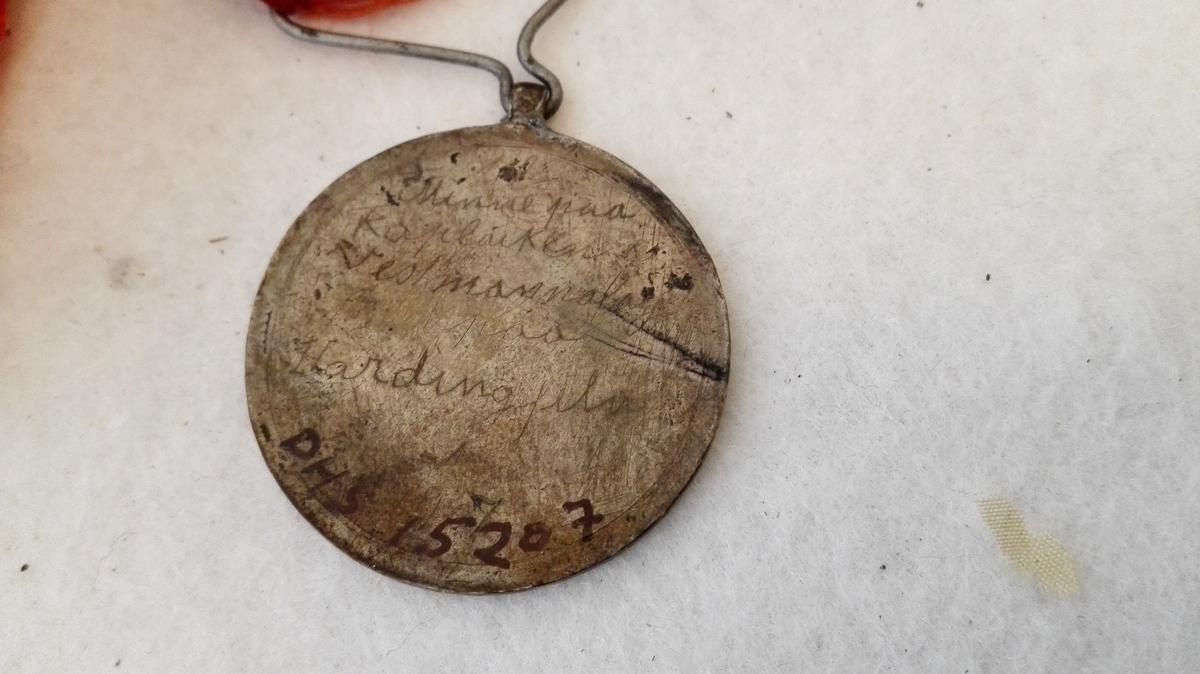 Silkebandet er defekt, og 17. mai-medaljen manglar.