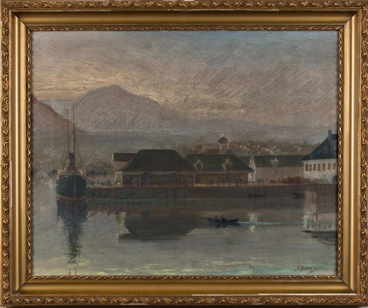 Oljemaleri med havnemotiv fra Bergen havn, Tollboden. Ser kai og pakkhus og ett av Fylkesbåtanes dampskip ved kai samt en robåt med to personer i forgrunn. I bakgrunn sees fjellene Løvstakken og Lyderhorn.