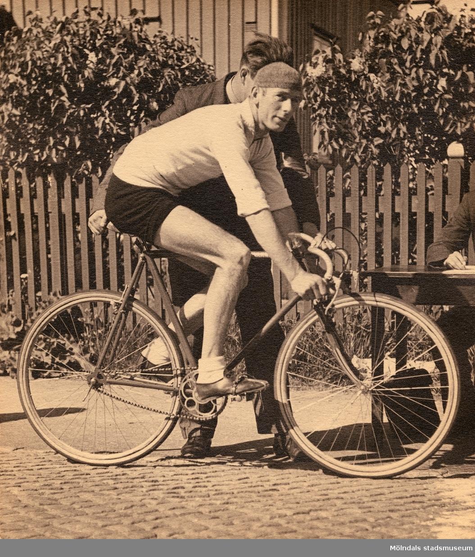William Olsson, 1908 - 2001, från Mölndals Cykelklubb, på startlinjen vid ett cykellopp under 1930-talet.