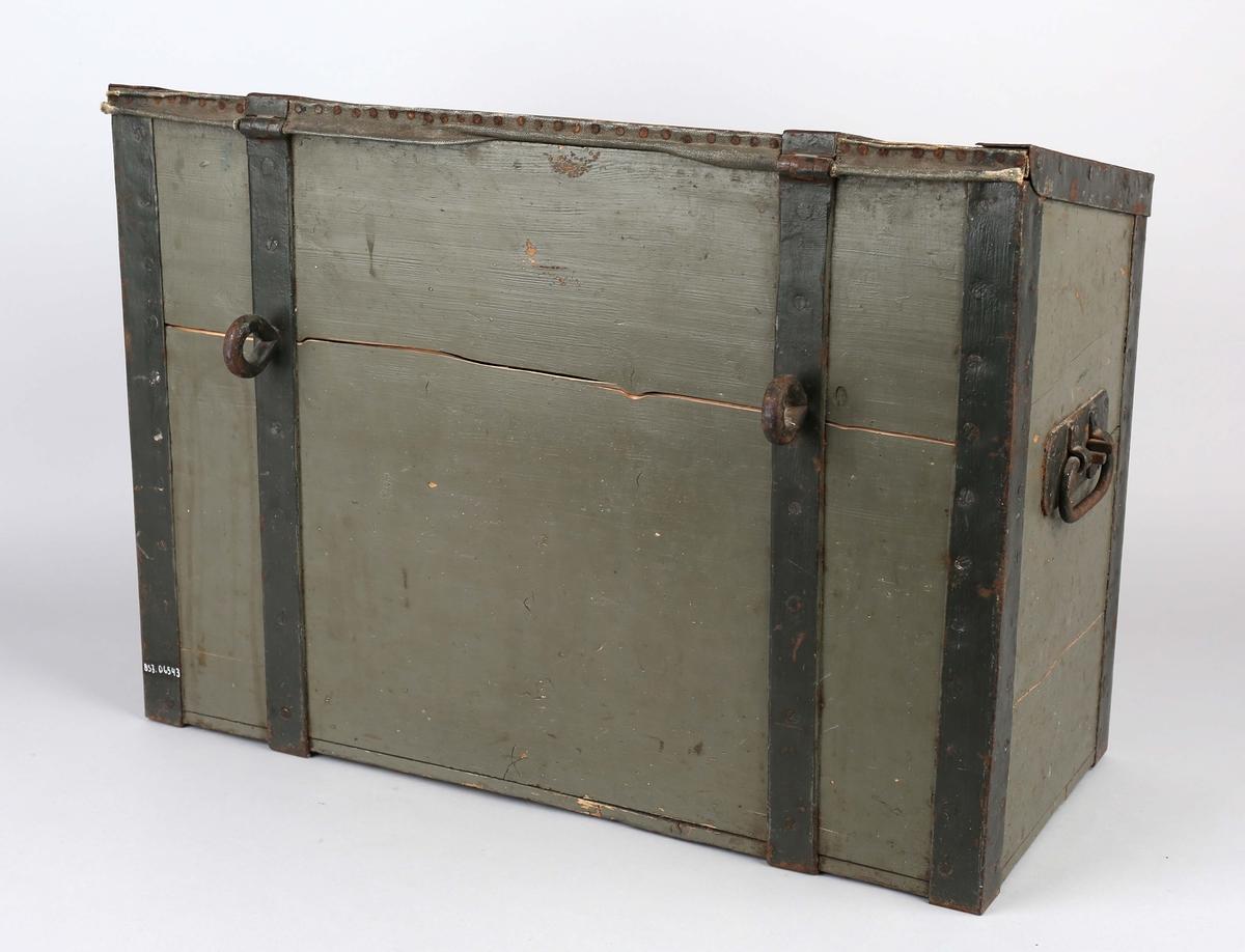 Verktøykasse i tre med lokk, to hanker på kortsidene samt tre øyebolter til sikring av kasse. Beslag på alle kanter og hjørner.