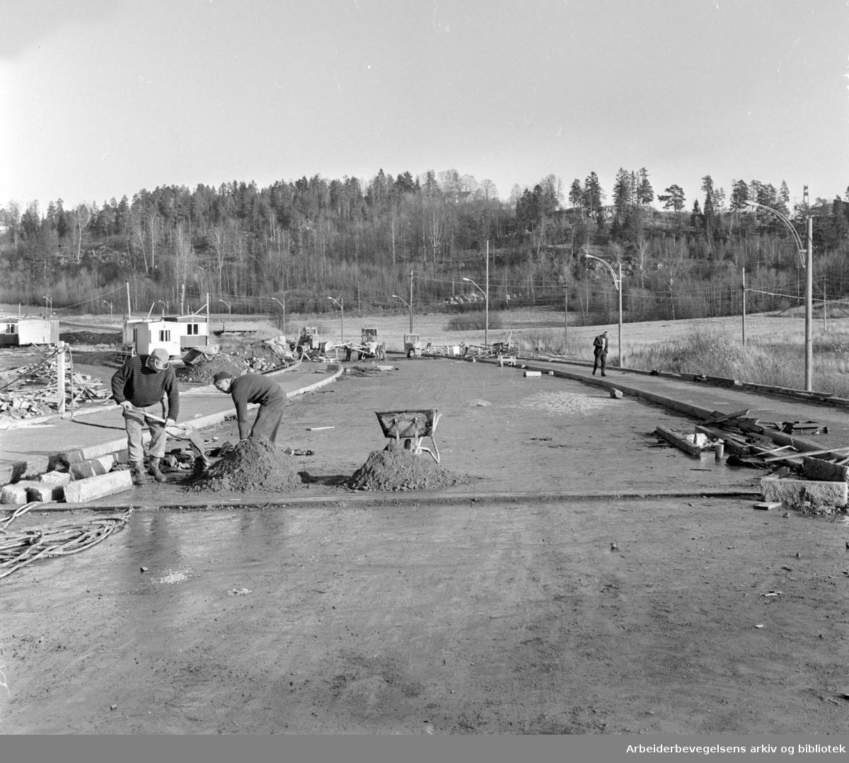 Østensjøveien. Den nye brua over Bogerudmyra åpnes om 14 dager. November 1964
