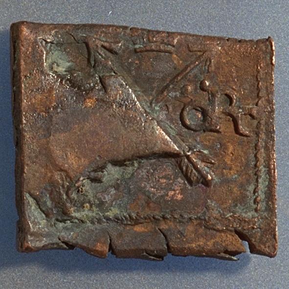 1 öre Fyrkantigt mynt. Åtsidan: tre kronor placerade i V-form, svagt och delvis synliga. Versalerna G A R svagt och delvis synliga och placerade i upp och nedvänd V-form med G till vänster, A ovanför och R till höger om kronorna. Det fyrsiffriga präglingsåret - längst ner på myntet - är 1626. Ocentrerad prägling. Ram delvis synlig. Frånsidan: två korsade pilar under en krona, svagt och delvis synliga. Till vänster höger om pilarna siffran 1, till höger versalerna ÖR, svagt  synliga. Ocentrerad prägling. Ram delvis synlig. Nuvarande skick: bägge sidor slitna.  åtsidan sliten  frånsidan sliten.   jack  valsklump   korroderat   krackelerat Vikt: 19,8 gram.