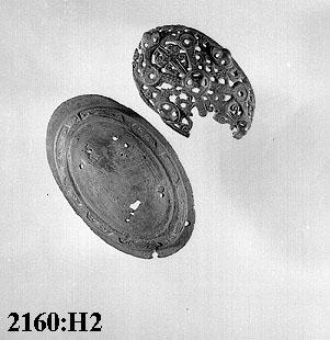 Anmärkningar: Av brons. Dubbelskalig. Plåt nr-x-1236. L. 120. Br. 67. H. 56. Okänd fyndort