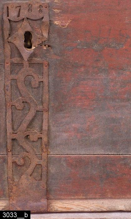 """Anmärkningar: Kista, daterad 1788.  Gångjärnsförsett platt lock med ett hörnbeslag. På kortsidorna sitter järnhandtag. På fronten finns ett långsmalt nyckelskyltsbeslag med genombruten dekor samt en datering """"1788"""" (bild 3033__b). Till höger om beslaget ett skuret (ritsat) monogram """"LLS"""". Totalt finns 12 hörnbeslag på kistan. Hela kistan är rödmålad och bär spår av naturligt slitage. H:460 L:1035 Dj:625  Tillstånd: Tre hörnbeslag på locket saknas. Kistan är låst och går inte att öppna, nyckel saknas. Nyckelskylten är skadad.  Historik: Inköpt genom Nils Nygren på auktion på Karlslund, 1924."""