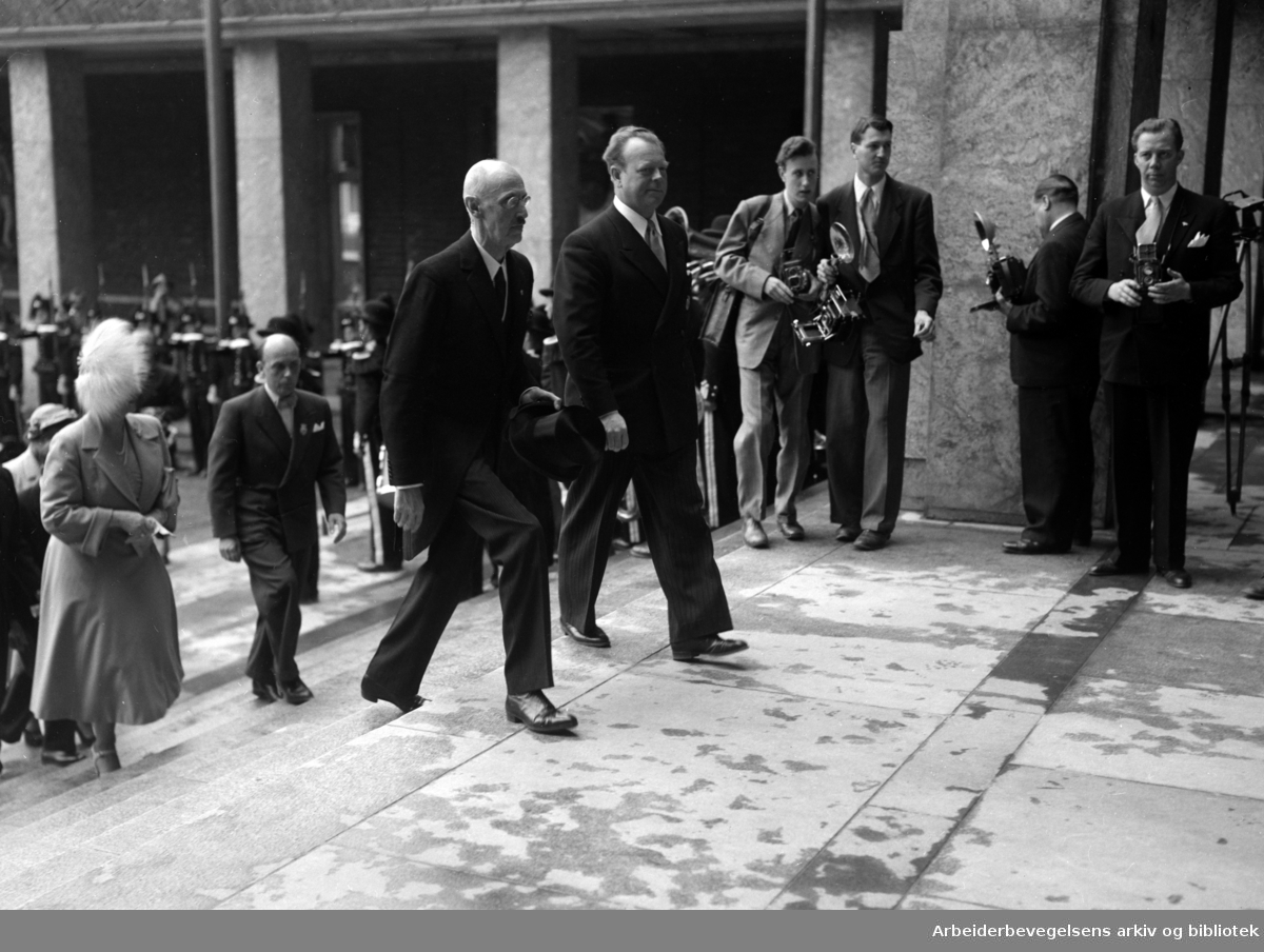 Rådhuset: Åpning. Kong Haakon og ordfører Halvdan Eyvind Stokke. Juli 1950