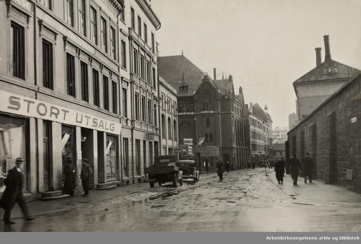 Bernt Ankers gate, fotografert fra Torggata mot Storgata. Muren til kvinnefengslet til høyre.Calmeyersgates misjonshus rett fram.1935
