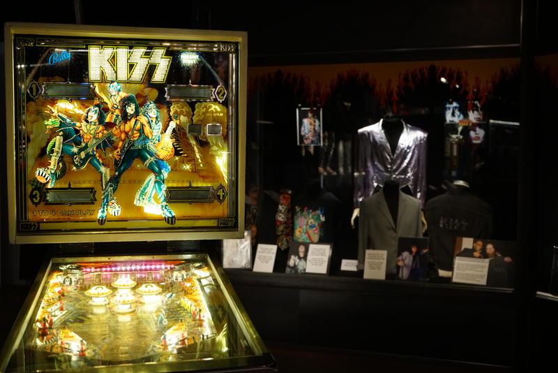 Flipperspill og sceneklær er blant gjenstandene i Kiss - The Exhibition. Foto: Rockheim.
