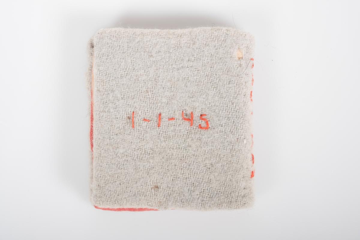 """Liten minnebok trukket med tynt, elastisk beige frottéstoff. Utvendig brodert """"9"""" med """"5 t"""" eller """"S t"""" inne i nitallet. På bokryggen er det brodert """"Knut Aas"""". På baksiden brodert """"1-1-43"""". Foret med lakserødt stoff. Boken er håndsydd med rødt broderi. Boken har sider i tynt papir. I boken er det nedtegnet visdomsord/ordtak."""