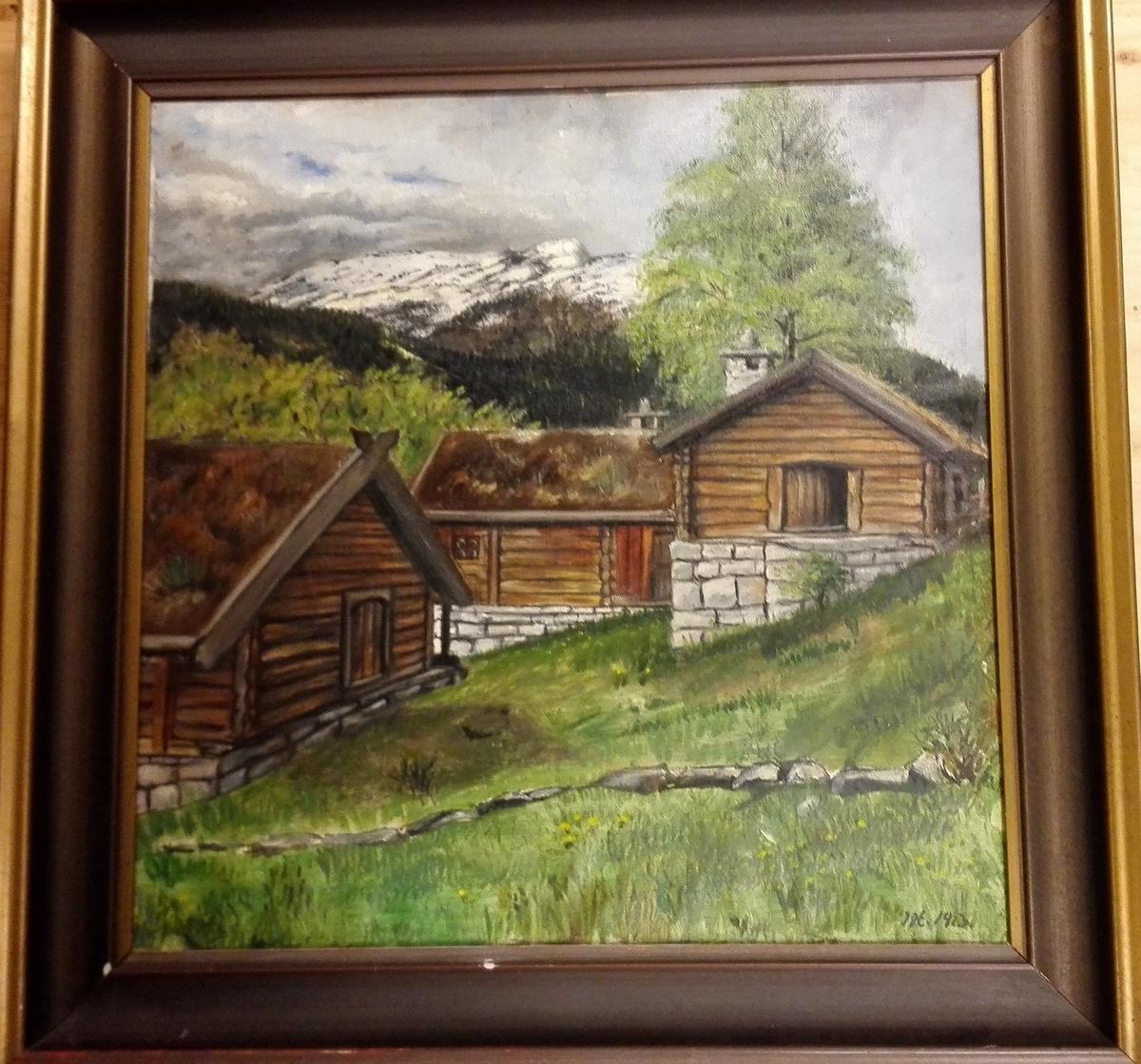 Måleriet syner delar av friluftsmuseet ved De Heibergske Samlinger - Sogn Folkemusem i Amla. Det måla med olje på lerret og har mørk profilert treramme.