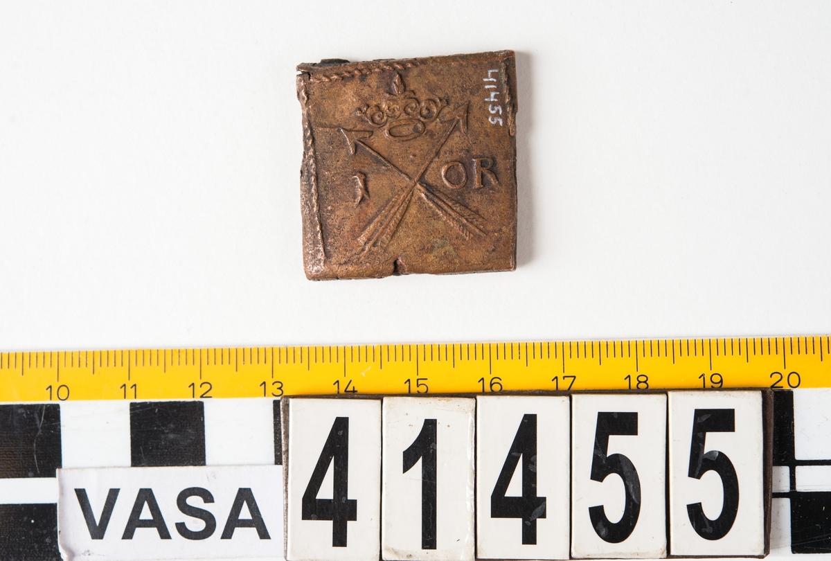 1 öre Fyrkantigt mynt. Åtsidan: tre kronor placerade i V-form, svagt delvis synliga. Versalerna G A R svagt synliga. och placerade i upp och nedvänd V-form med G till vänster, A ovanför och R till höger om kronorna. Det fyrsiffriga präglingsåret - längst ner på myntet - är 1626. Ocentrerad prägling. Ram delvis synlig. Frånsidan: två korsade pilar under en krona, svagt  delvis synliga. Till vänster höger om pilarna siffran 1, till höger versalerna ÖR, svagt  synliga. Ocentrerad prägling. Ram delvis synlig. Nuvarande skick: bägge sidor slitna.  åtsidan sliten  frånsidan sliten.   jack  valsklump   korroderat   krackelerat Vikt: 31,0 gram.