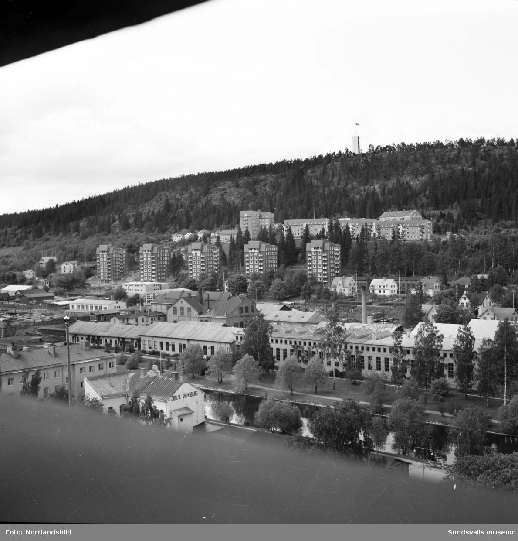 Vy över Sundsvalls verkstäder mot Alliero och Norra stadsberget.Punkthusen vid Repslagarvägen är byggda men ännu står den gamla repslagarbanan kvar, syns i bildens högra del.