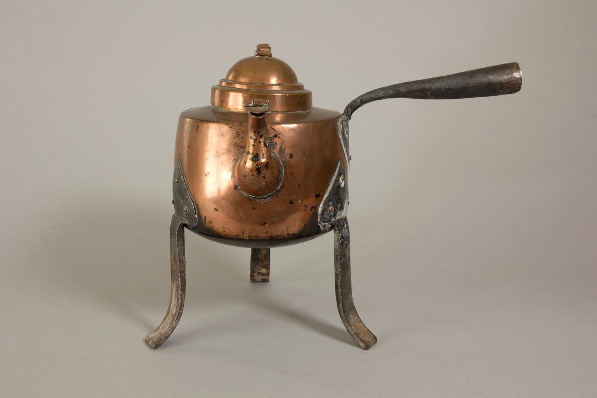 Kaffepanna av koppar. Rund med lock, svängd pip med fällock i mynningen. Tre ben och horisontellt handtag av svart järn.