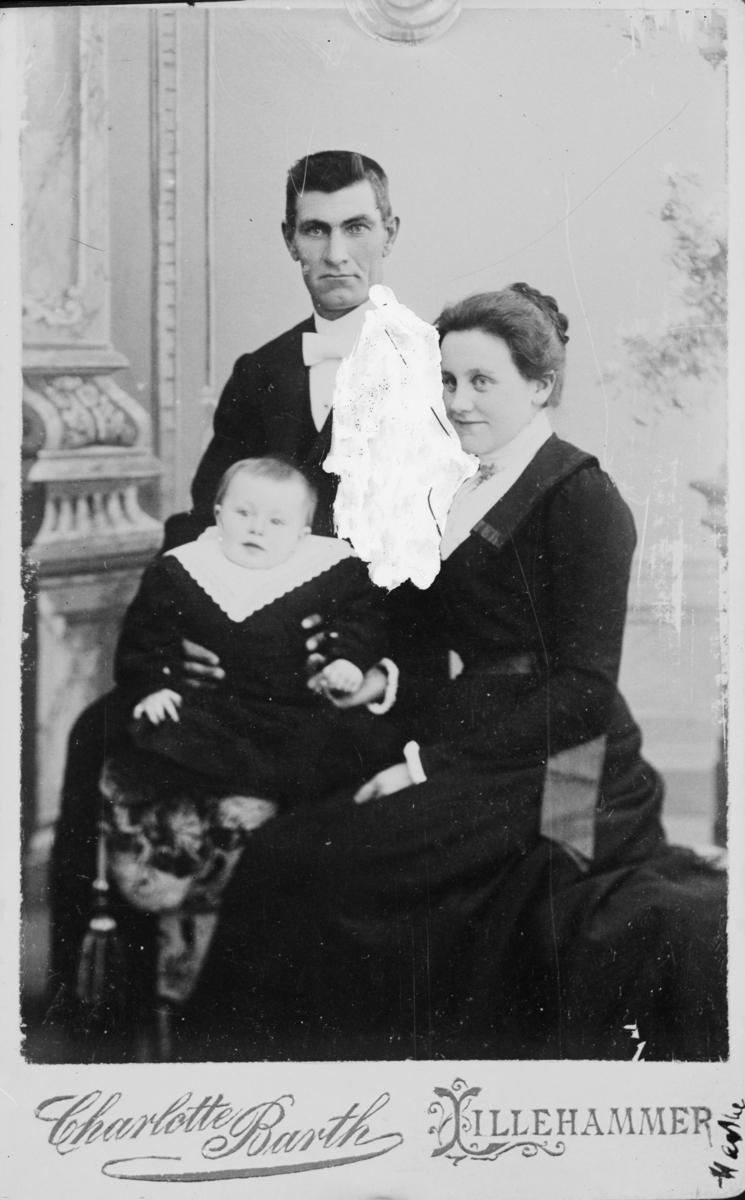 Portrett av ektepar med barn