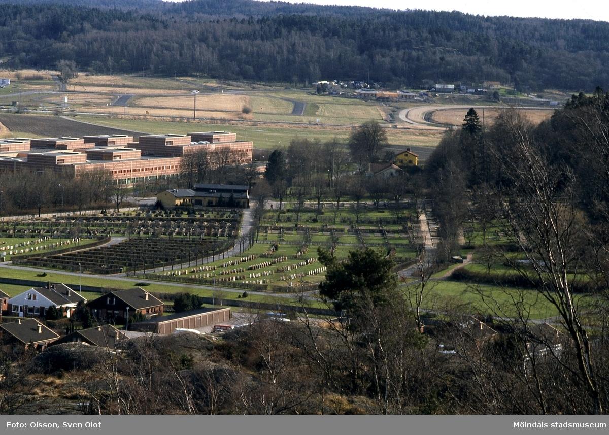 Vy från Jungfruhoppet mot Fässbergs kyrkogård och Lärarhögskolan i Mölndal, april 1992. I bakgrunden ses Balltorp.