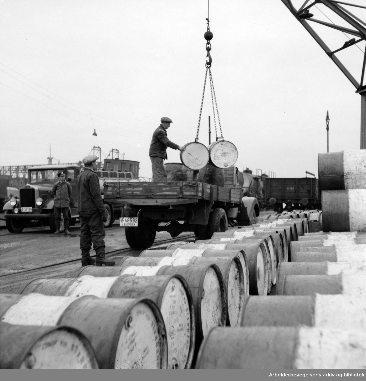 Havna. Bryggearbeidere, lasting og lossing. Mars 1957..