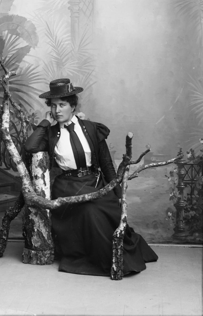 Portrett av ung kvinne. Frøken Gjerstad.