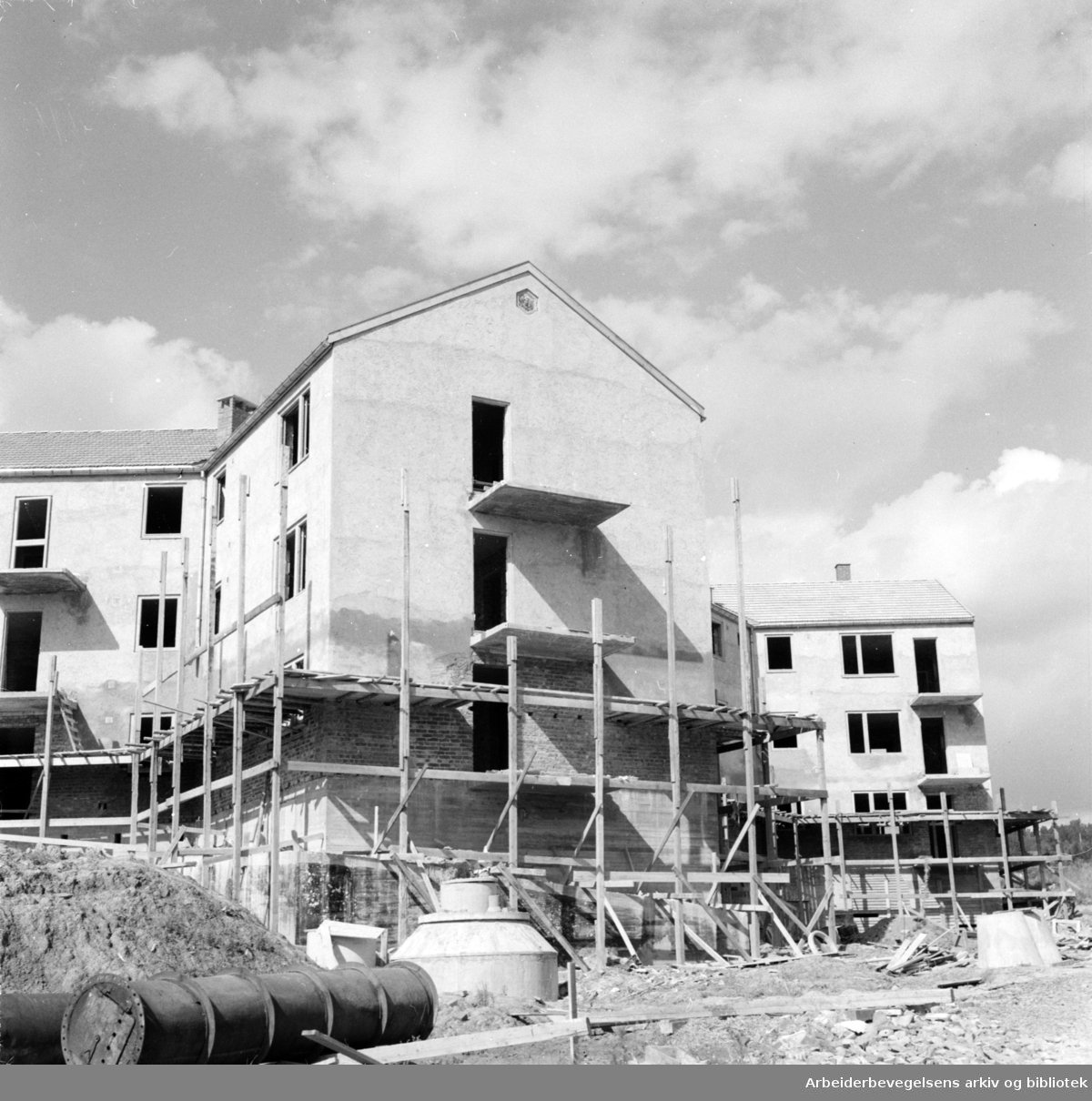 Grorud: Vestbysletta, Svenskehusfeltet. Jernbanens byggelag. Stjernehus. August 1953