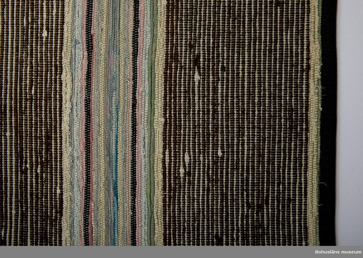 Flerfärgad trasmatta, grå varp.  Se UM018527