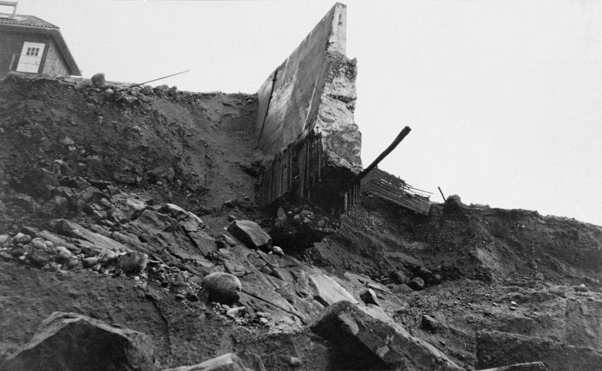 Situasjonen ved kraftverksdammen ved Osfallet i elva Søndre Osa i Åmot i Hedmark, etter dambruddet som skjedde 10. mai 1916.  På dette tidspunktet var det bare cirka halvannet år siden anlegget sto ferdig og kraftproduksjonen ved Osfallet kunne starte.  Fotografiet er tatt nedenfra, fra det nye faret elva grov ved dambruddet.  Sentralt i bildet stikker en del av den ødelagte betongdammen fram fra grusmassene.  Fotografiet viser at den delen av dammen som er borte må ha blitt undergravd av vannstrømmen.  Den tilsynelatende mangelen på armeringsjern i bruddflata tyder vel også på at damkonstruksjonen ikke hadde fått tilstrekkelig strekk- og bruddstyrke i anleggsfasen.  Helt til venstre i bildeflata ser vi deler av et bordkledd hus med valmtak, som ble stående like ved raskanten.  En kort historikk om kraftutbygginga ved Osfallet og de ødeleggelsene flommen i 1916 forårsaket finnes under fanen «Opplysninger».