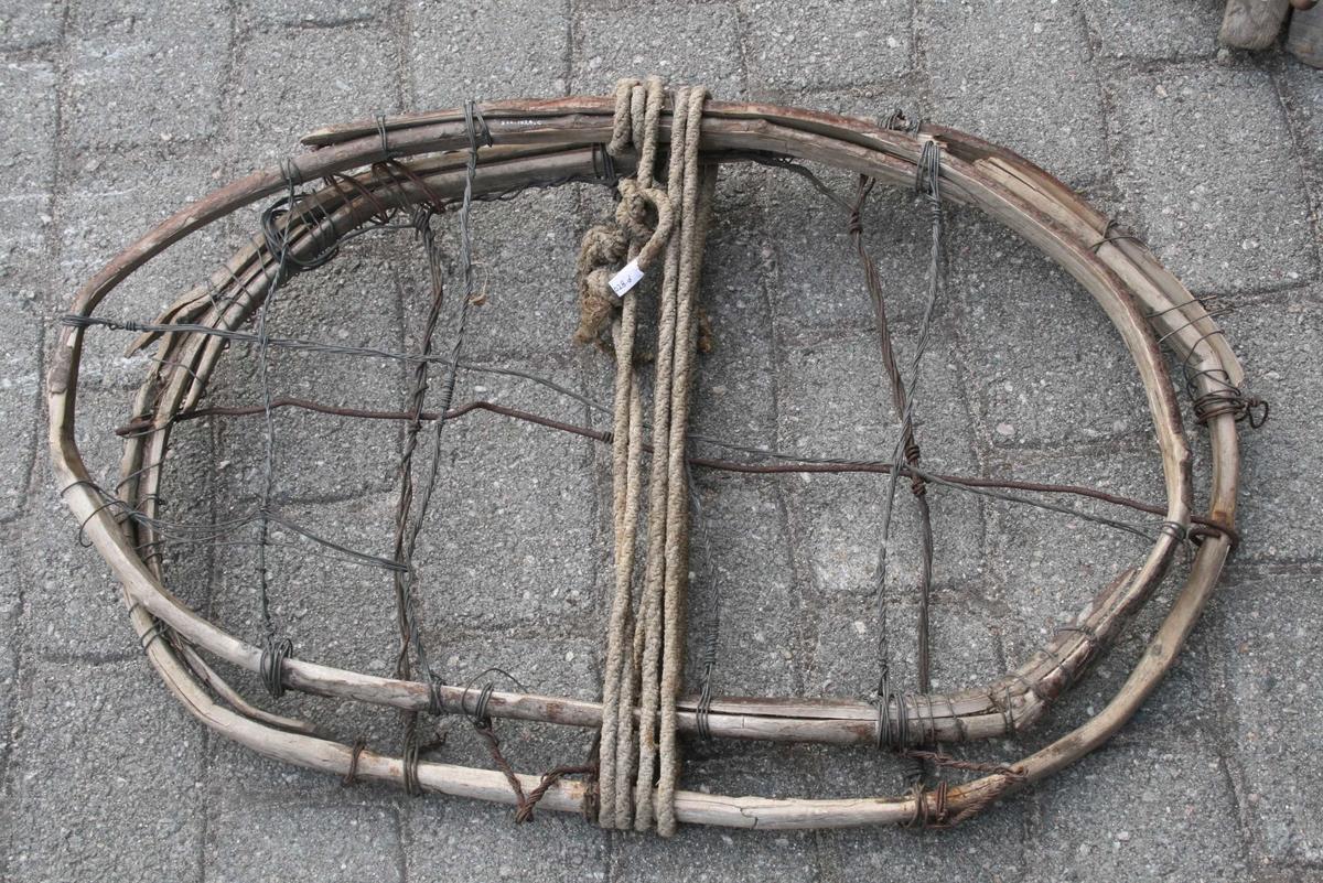 4 ovale trerammer, 3 tversgåande og 1 langsgåande jerntråd i kvar. Lykkjer av jerntråd. Tau rundt.  Dette er meisane. Sjølve kløvsalen har trekantform sett frå enden. Ei brei fjøl på kvar side som skal kvile mot hesteryggen.