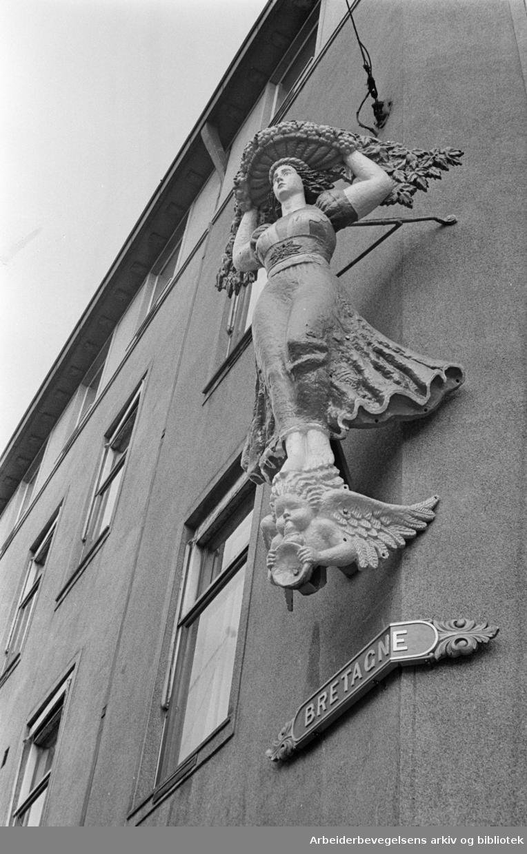 """Fred Olsens gate 2. Gallionsfiguren fra """"Bretagne""""..Februar 1962"""