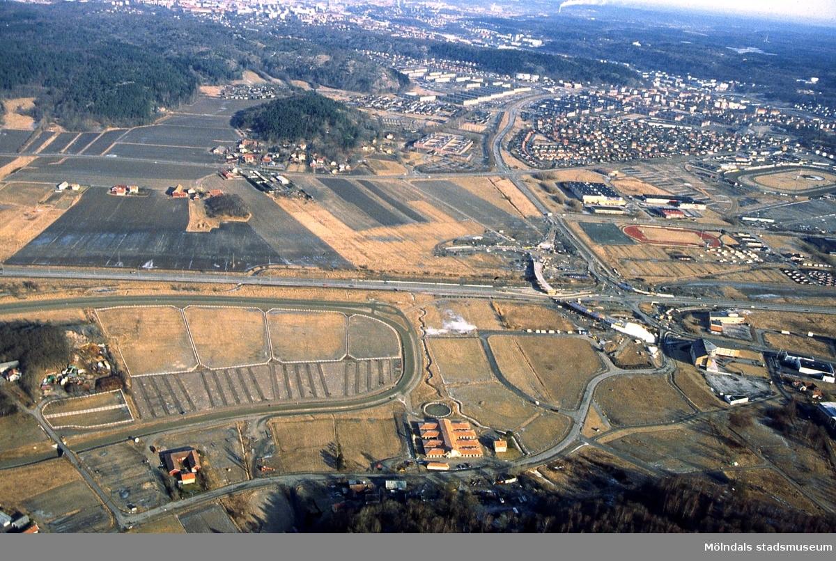 Flygfoto från söder mot del av Fässbergsdalen i Mölndal, februari 1996. I förgrunden ses Balltorp och på andra sidan Söderleden ses Fässberg, Åby och Solängen. Till höger ses även byggnationen av Fässbergsmotet. FD 9:7.