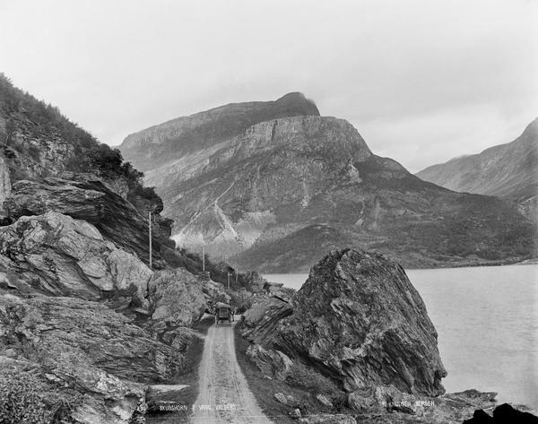 Biletet viser vegen langsmed Vangsmjøse, fjellet er Skudshødn. Fotograf: Knud Knudsen. Foto/Photo