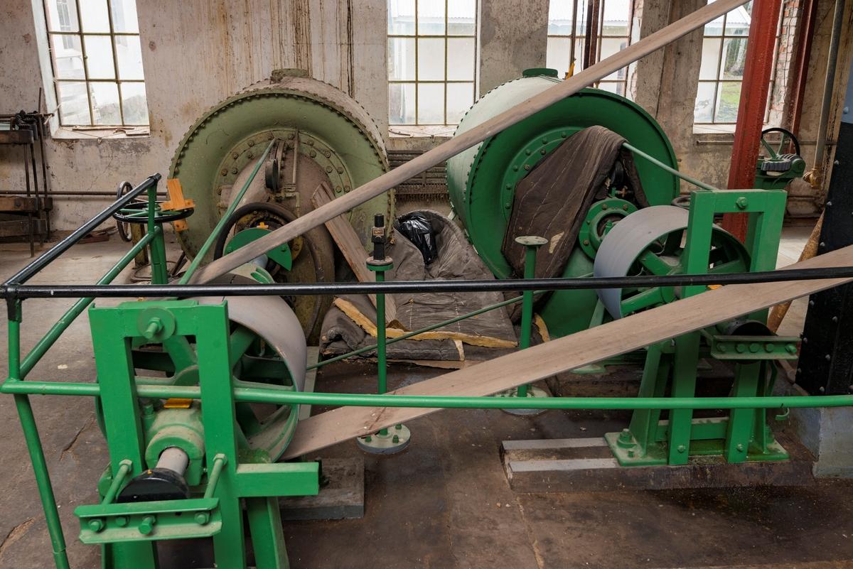 Interiør fra turbinhallen ved Klevfos industrimuseum på Ådalsbruk i Løten, Hedmark.  Turbinhallen ligger i hollenderibygningens underetasje.  Dette fotografiet viser de to francisturbinene og de kraftige balatareimene som overførte kraft til maskinene i fabrikken.   Turbinene ble antakelig installert på Klevfos i forbindelse med at fabrikken ble gjenoppbygd etter en brann i perioden 1909-1911.  De hadde en yteevne på cirka 80 effektive hestekrefter, men på grunn av den ujevne vannføringa i Svartelva var det nødvendig å supplere med en kraftig elektromotor.