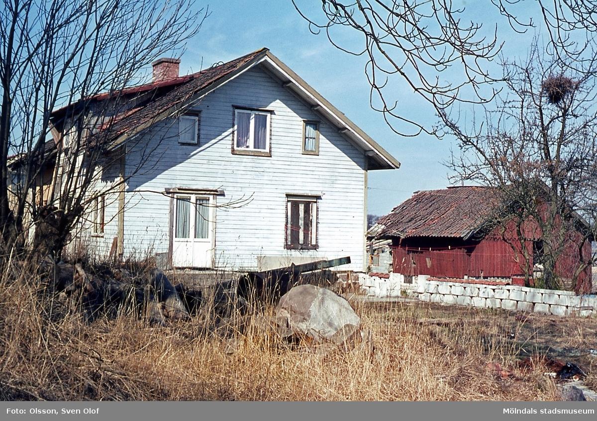 Bostadshus och ladugård på Kongegården 3 i Balltorp, Mölndal, år 1965.