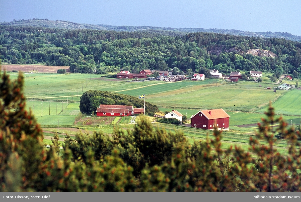 Bebyggelse i Fässberg och Balltorp i Mölndal, år 1965. I förgrunden ses Fässberg Mellangård 1. I bakgrunden Balltorp. Från vänster Kongegården 2, smedjan till Kongegården 3, och ett hus (Penge-Svens).