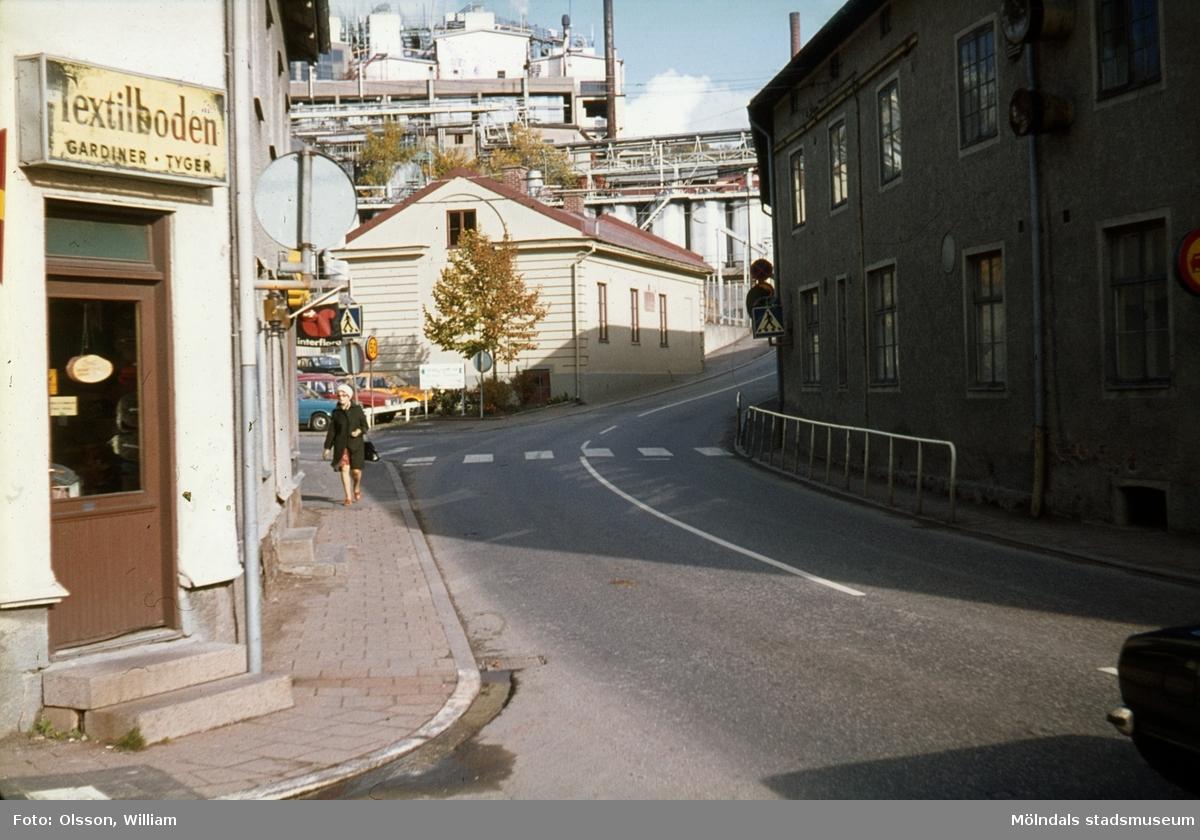 Kvarnbygatan österut, okänt årtal. Till vänster: Textilboden (Kvarnbygatan 45), Götiska Förbundets friskola samt Soabs industriområde. Till höger: Kvarnbygatan 6, byggnad tillhörande SOAB.
