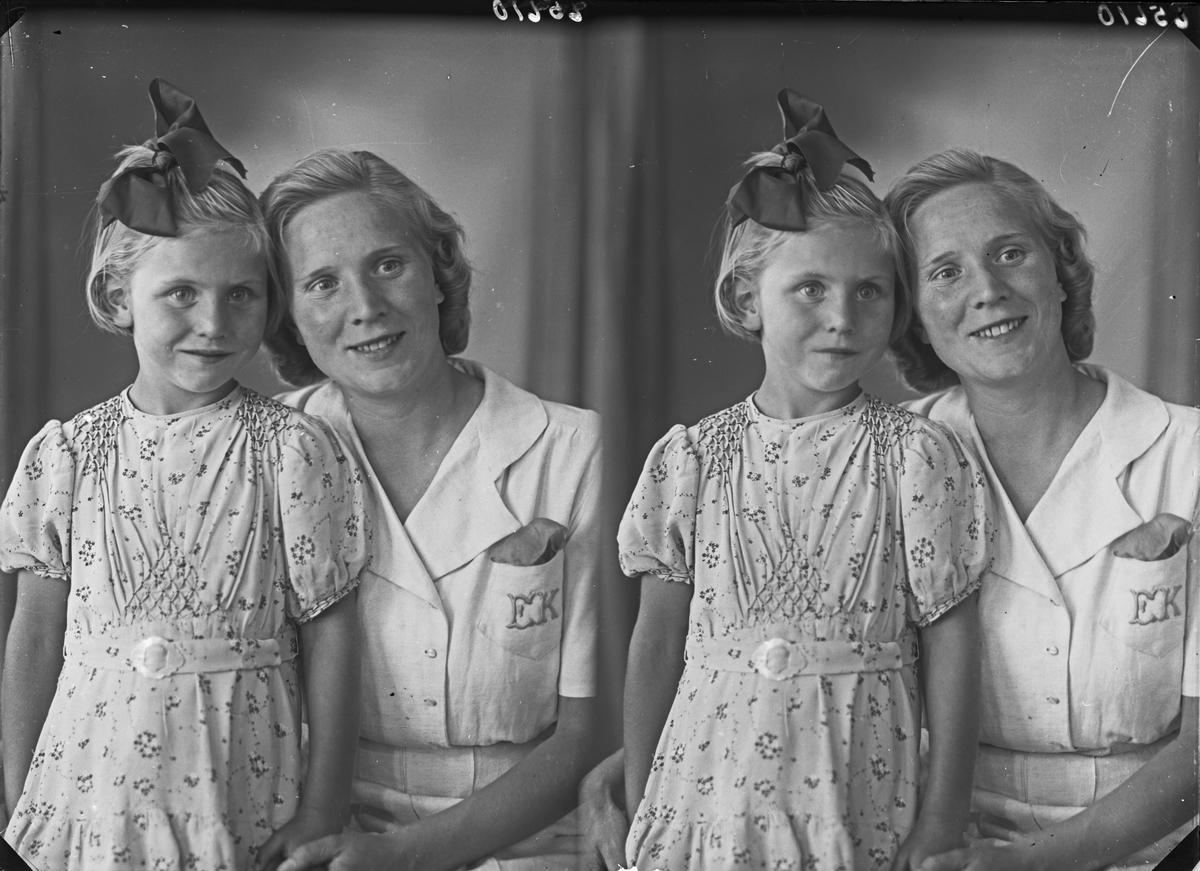 Gruppebilde. Familiegruppe på to. Ung kvinne og liten lyshåret pike med sommerkjole og sløyfe i håret. Bestilt av Bjarne Kristiansen. Holmegt. 60 .