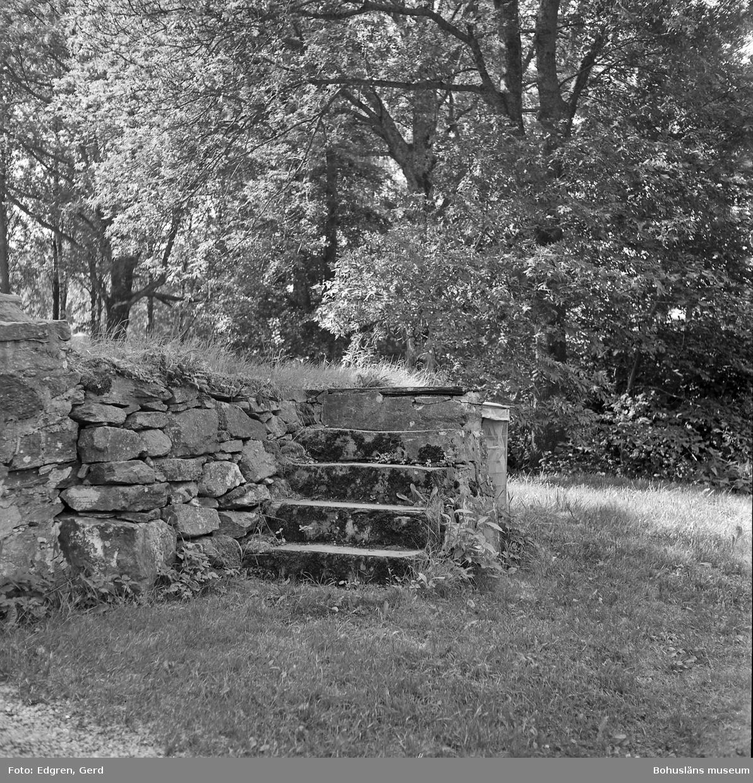 """Text till bilden: """"Ljungs gamla kyrka. Klivstätta söder om huvudingången""""."""