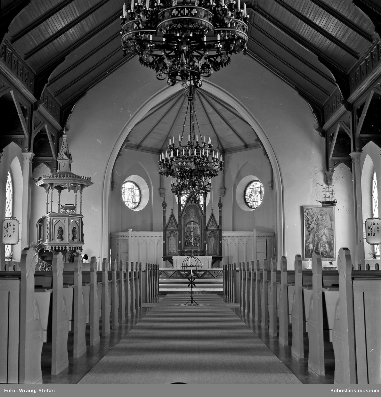 """Text till bilden: """"Grebbestads kyrka. Interiör mot koret""""."""