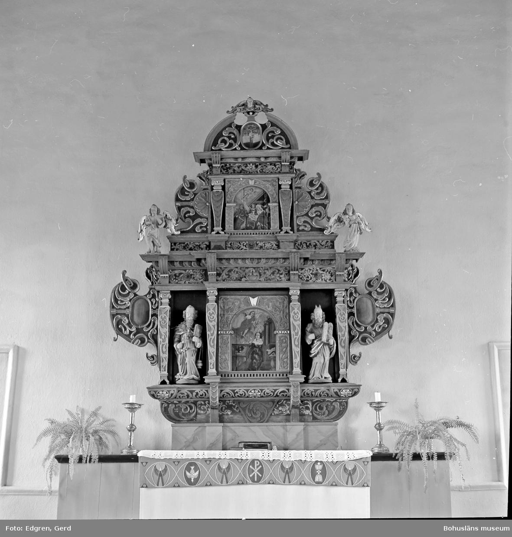 """Text till bilden: """"Torps kyrka. Altarprydnad. Snickeriarbete från 1600-talets mitt eller senare hälft""""."""