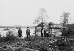 Ved Männikäkoia/Skogfosskoia 1896. Frk. Lilleng sitter ved d