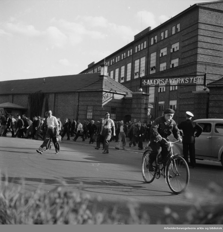 Akers Mekaniske Verksted. Arbeiderne forlater verkstedet.September 1947.
