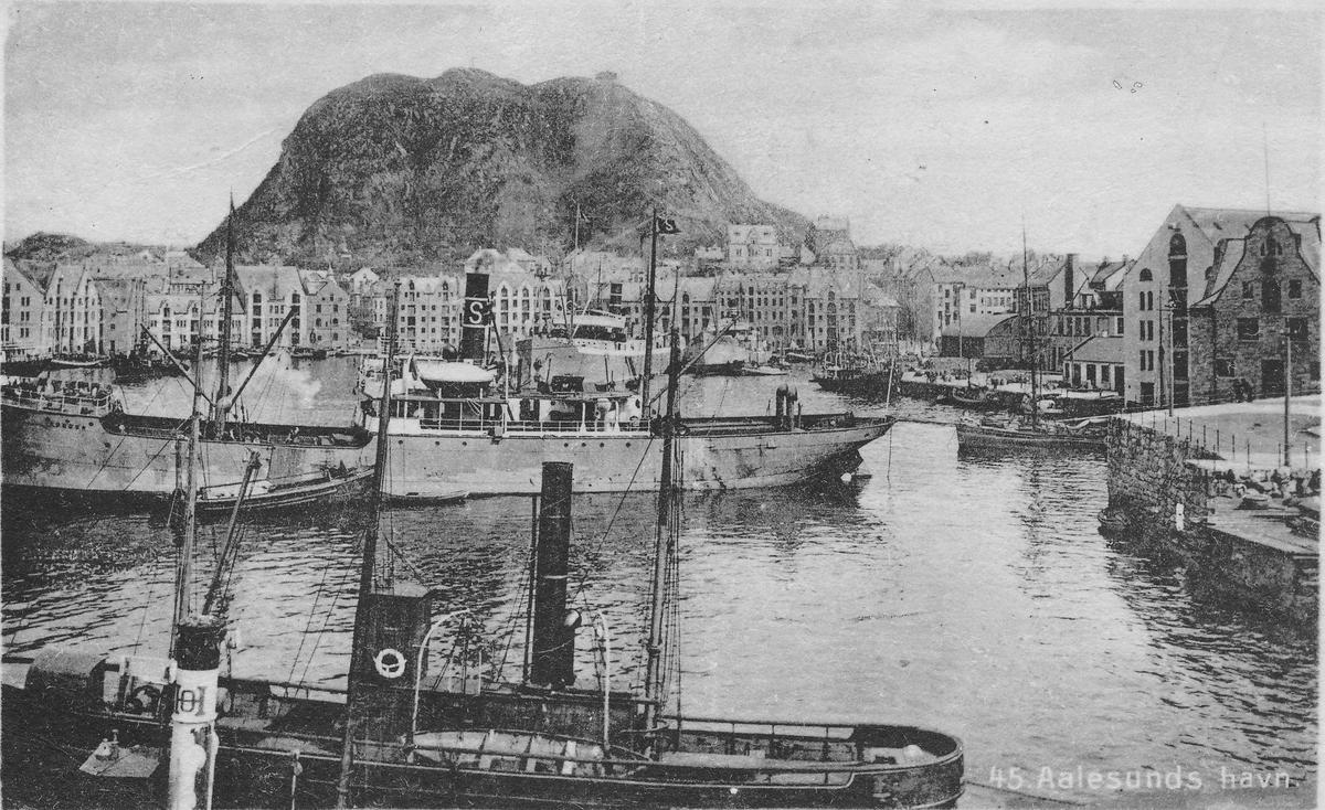 Ålesund havn, sett fra Molja. År 1915. Byfjellet Aksla i bakgrunnen.