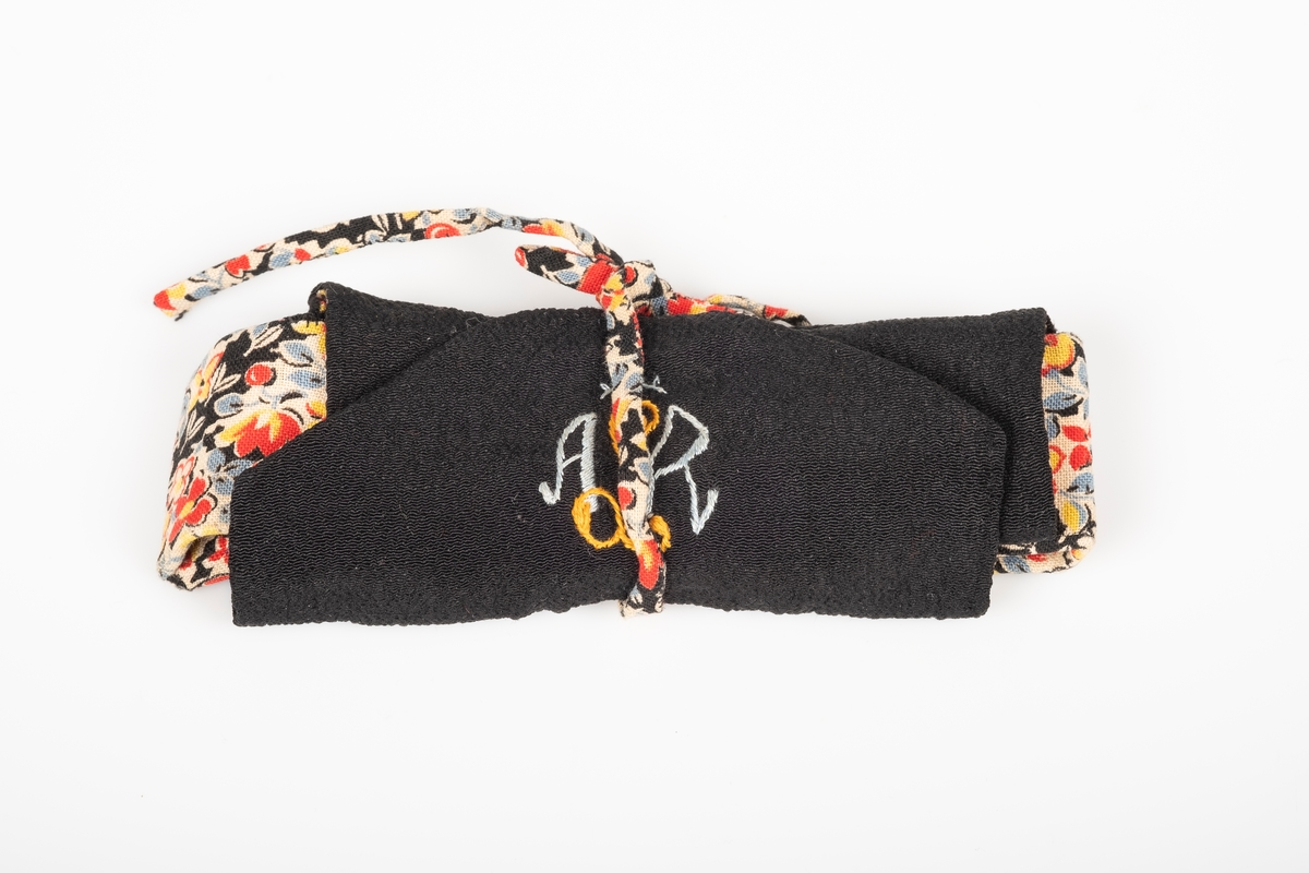 Tekstil med mønster av forskjellige blomster.