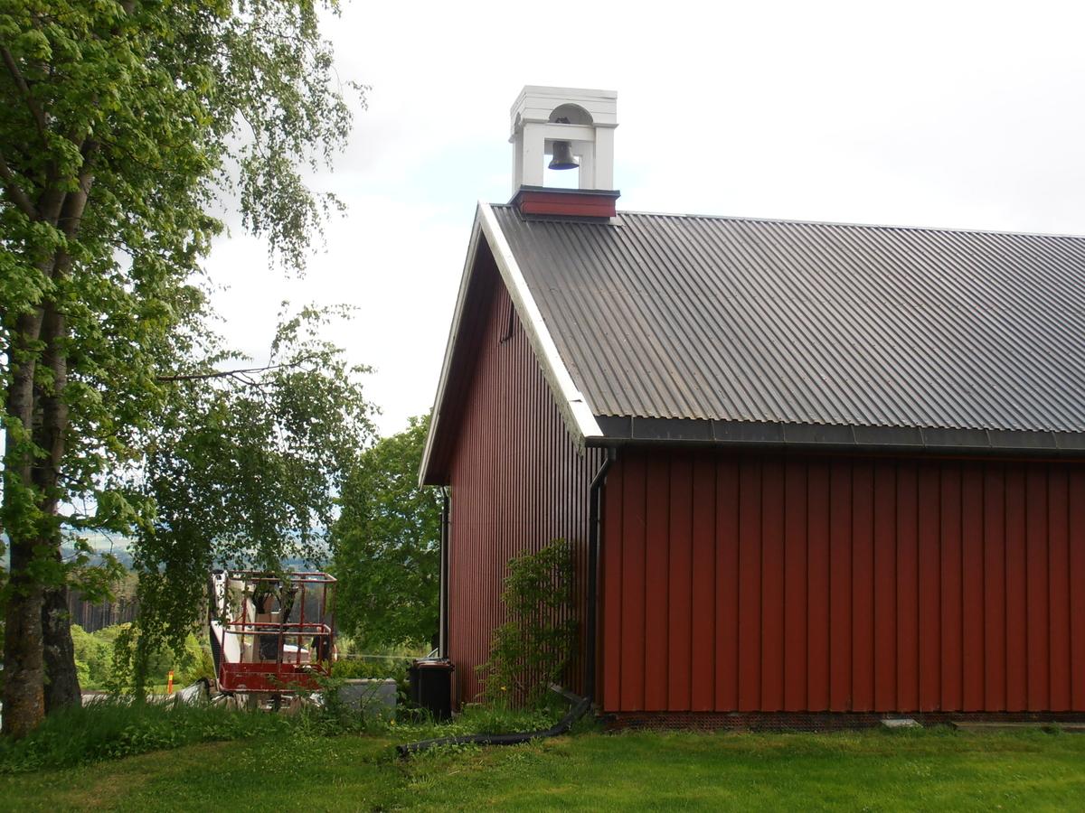 Dagens klokketårn står plassert på låven, etter en rivning av stabburet på gården. Det forrige tårnet kunne dateres til 1878. Klokketårnet har et telttak med svung, noe som understreker den ellers elegante formen på tårnet. Da stabbur og det gamle klokketårnet ble revet ble far til dagens eier brukt som mal for å vise dimensjonene på tårnet. Bildene viser et stort tårn hvor bare taket er på rundt 180 cm.  Stilen til tårnet er en ren sveitserstil med helling mot empire. Som en avsluttende kant nedenfor takkanten er det laget en bord med dekor. Dagens tårn er tekket i kobber i vannrette striper, noe som gir inntrykk av å være trespon.  Matklokka på gården kan dateres til 1816, at det derfor har vært et tårn tidligere er derfor grunn til å tro. På gården har klokka i stor grad blitt benyttet som matklokke, men også til å varsle om ulykker. Den blir også brukt hver Pinse, en lang tradisjon på gården.  Tårnets konstruksjon er hvit, med grønn og rød dekor.
