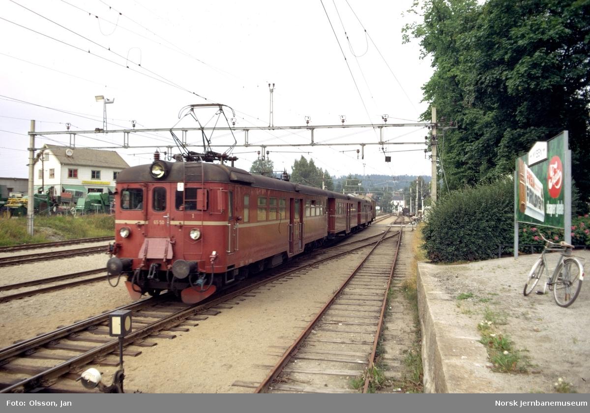 Lokaltogsett type 65 på Mysen stasjon. Nærmest motorvogn Bmeo 65 50.