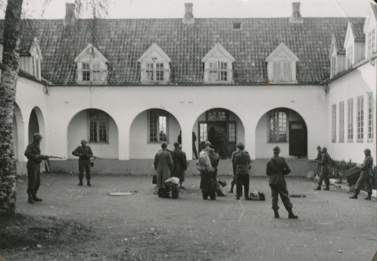 Ei gruppe mennesker(nazister) samlet for avhør på Falstad 12. mai 1945.