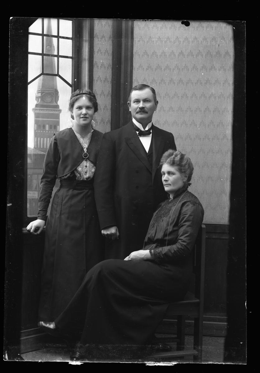 Målarmästare August Asplund med fru och dotter