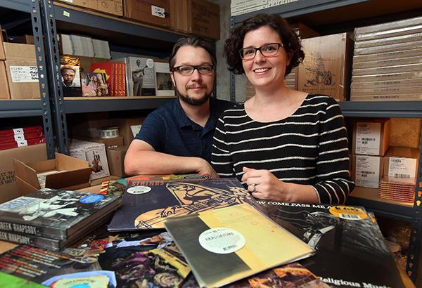 Lance og April Ledbetter  har hele verden som sitt nedslagsfelt, men driver fortsatt Dust-to-Digital fra sitt eget hjem.