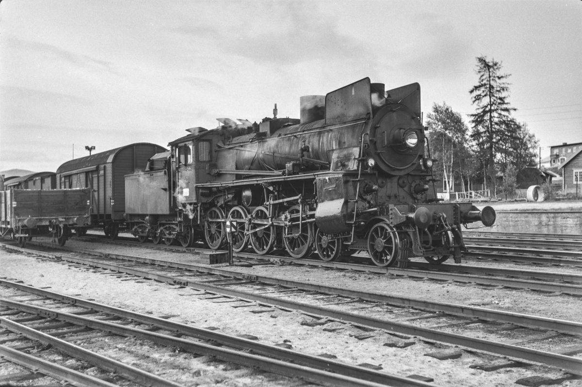 Damplokomotiv type 26c nr. 438 med godstog på Tynset stasjon.