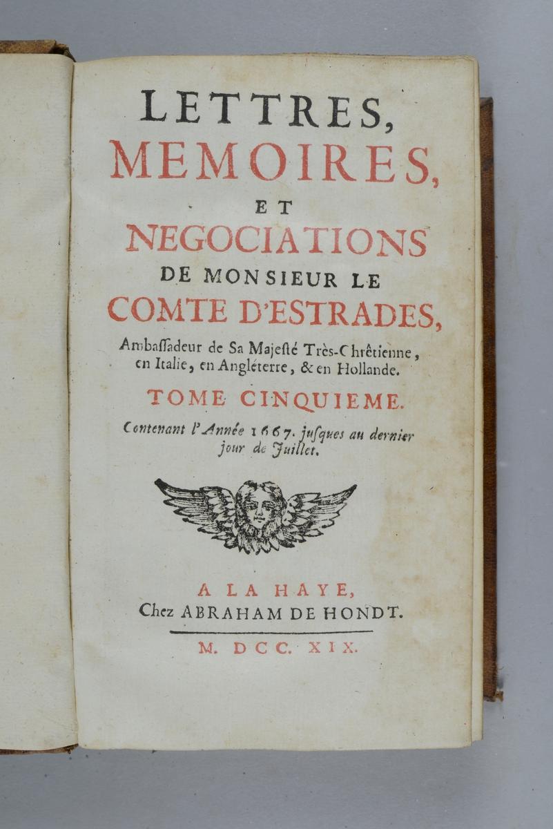 """Bok, helfranskt band """"Lettres, mémoires et negociations de monsieur le comte d´Estrades"""" del 5, tryckt i Haag 1719. Skinnband med blindpressad och guldornerad rygg i fem upphöjda bind med fält med skadad text, påklistrad pappersetikett. Rödstänkt snitt."""