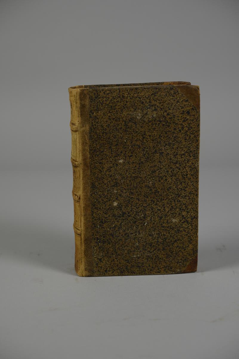 """Bok, halvfranskt band, """"Mémoires de Maximilien de Béthune, Duc de Sully..."""" del 6, skriven av Pierre  de Mathurin, tryckt i London 1747. Band med stänkt papper, blindpressad rygg i fyra upphöjda bind, titelfält med blindpressad, guldpräglad titel, fält med volymens nummer samt påklistrad pappersetikett. Med stänkt snitt."""
