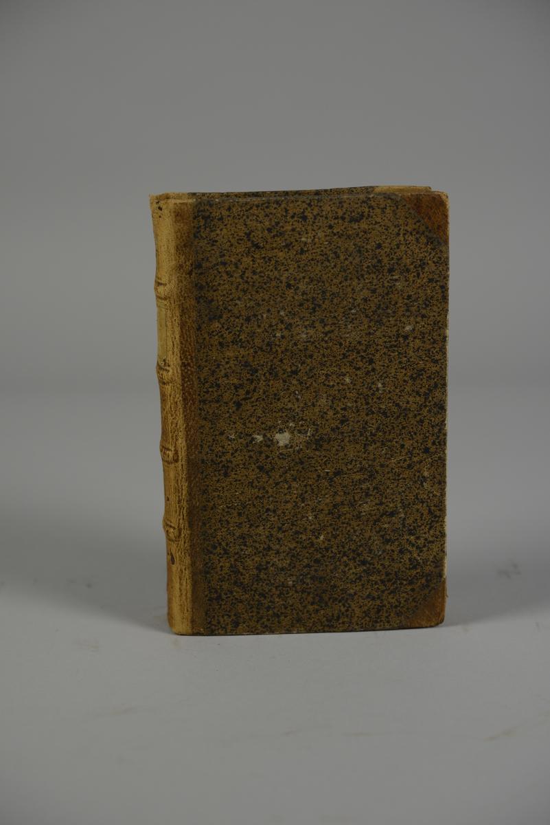 """Bok, halvfranskt band, """"Mémoires de Maximilien de Béthune, Duc de Sully..."""" del 5, skriven av Pierre  de Mathurin, tryckt i London 1747. Band med stänkt papper, blindpressad rygg i fyra upphöjda bind, titelfält med blindpressad, guldpräglad titel, fält med volymens nummer samt påklistrad pappersetikett. Med stänkt snitt."""